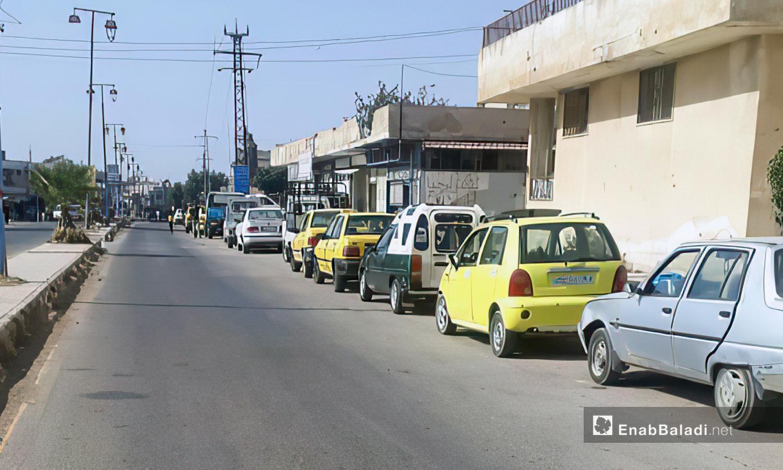 A long queue at a gas filling station in the town of Muzayrib in Daraa - September 2020 (Daraa–Halim Muhammad)