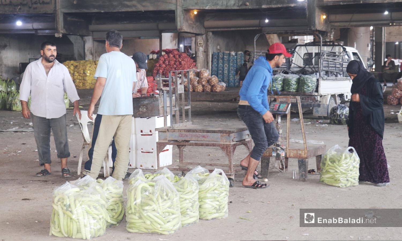 Workers in al-Hal street market in al-Raqqa city - September 2020 (Enab Baladi - Abdul Aziz al-Saleh)