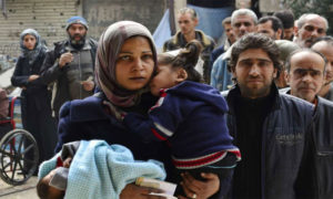 Families leaving the Yarmouk camp (Asharq al-Awsat)